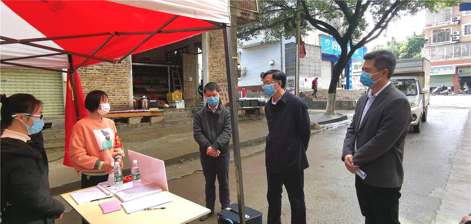 唐先程突擊暗訪縣城小區和機關企事業單位疫情防控工作